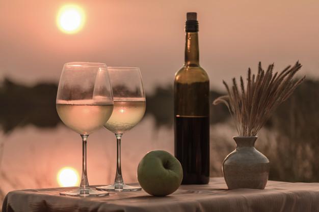 Imagen de una botella de vino con dos copas